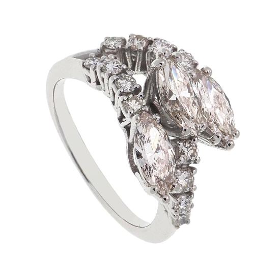 Sortija de oro blanco y diamantes en talla navette - 1